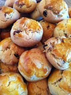 Eşimin çok severek yediği üzümlü kurabiyeler: Malzemeler: 250 gr. tereyağ veya margarin, 10 yemek kaşığı toz şeker, 2 yumurta(bir tane...