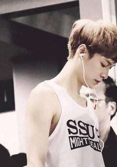 I wonder what he is listening to #exolay