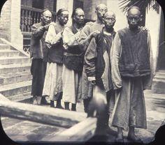 Group_of_men_walking_in_a_line_outside_the_hospital,_Changde,_Hunan,_China,_ca.1900-1919_(IMP-YDS-RG008-358-0008-0075).jpg (4108×3621)