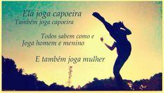 mulher joga capoeira