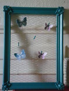 Cadre moulures peint couleur bleu turquoise grillage , petites épingles à linge pour accrocher photos , carte etc... décor papillons fait main :