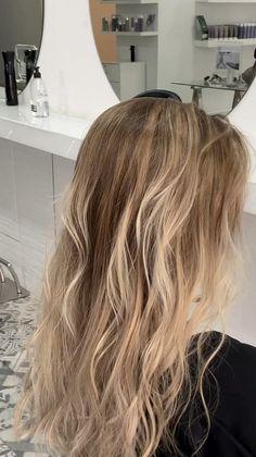Silver Blonde Hair, Honey Blonde Hair, Blonde Hair Looks, Strawberry Blonde Hair, Blonde Hair With Highlights, Long Blond Hair, Dying Hair Blonde, Blonde Hair Inspiration, Brown Hair Balayage