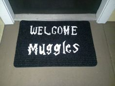 This Harry Potter door mat is perfect for welcoming muggle trick-or-treaters Harry Potter Thema, Cumpleaños Harry Potter, Harry Potter Bedroom, Harry Potter Cosplay, Harry Potter Houses, Harry Potter Birthday, Harry Potter Halloween Party, Casas Estilo Harry Potter, Hogwarts