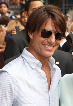 Tom Cruise Boy Cut - Tom flashed his famous smile with Ray-ban shades and a soft, side-parted hairstyle Tom Cruise Short, Tom Cruise Meme, Tom Cruise Hair, Katie Holmes, Top Gun, Nicole Kidman, Hollywood Actor, Hollywood Stars, Rain Man