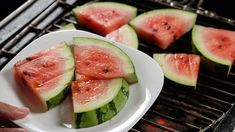 How to Grill Watermelon. Grilled watermelon is a fun and easy snack! Simply prepare a sugar seasoning, sprinkle it over the cut watermelon and then place the watermelon wedges onto the grill. Eat the grilled watermelon wedges by themselves. Watermelon Basket, Grilled Watermelon, Watermelon Lemonade, Watermelon Slices, Watermelon Nutrition Facts, Mint Smoothie, Sugar Pie, Dessert Bowls, Spicy Recipes