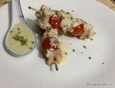 Receta de Brochetas de pollo con bechamel - Paso 4 Skewers, Meat, Chicken, Food, Snacks, Cooking Recipes, Salmon Skewers, Chicken Kabobs, Meal