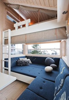 casamento.co.za/alhytta House Design, Home, Bunk House, Guest Cabin, Built In Couch, Cabin Interiors, Cottage Interiors, Tiny House Inspiration, Tiny Furniture