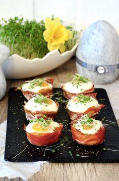 W tym roku na moim wielkanocnym stole zagoszczą jajka zapiekane w szynce. Piękne, pyszne i takie eleganckie. Polecam, bo to prosta przekąska. Easter Recipes, Appetizer Recipes, Holiday Recipes, Appetizers, Brunch, Party Snacks, Bon Appetit, Food To Make, Catering