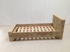 zelf bed maken van steigerhout - Google zoeken Carpentry Projects, Woodworking Projects Plans, Diy Projects, Handmade Furniture, Wooden Furniture, Boy Room, Kids Room, Diy Bett, Diy Wood Signs