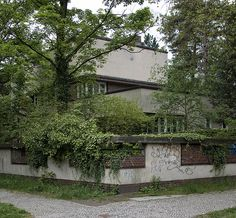 his second villa in berlin. you should visit the site right in the morning, otherwise (if there would be the sun.) the sun is against you. Classic Architecture, Architecture Design, Erich Mendelsohn, Googie, Le Corbusier, Modern Houses, Brutalist, Modernism, Bauhaus