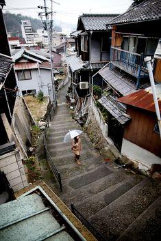 広島市と岡山市のほぼ中間に位置し、せとうちの穏やかな海と小高い山に抱かれた独特の景観を持つ尾道は、古くから文人墨客に愛され、多くの映画の舞台にも選ばれるなど、時代を越えて文化を育んできました。また、海運による物流の集散地として機能し、明治時代には山陽鉄道が開通し鉄道と海運... Aesthetic Japan, City Aesthetic, Beautiful World, Beautiful Places, Street Photography, Urban Photography, Japan Landscape, Japan Street, Tokyo Streets