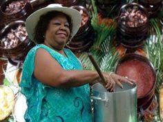 Há oito anos, a pastora da Portela Tia Surica recebe no Teatro Rival integrantes da Velha Guarda da escola e convidados especiais para uma tarde de samba e feijoada.