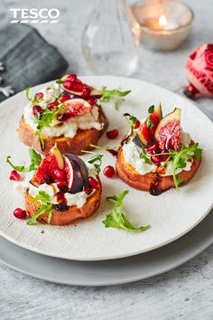 christmas recipes starters Impress guests with these gorgeous roasted sweet potato rounds as a vegetarian starter with real wow factor. Perfect for a festive feast, they are topped with creamy whipped feta, juicy figs and a sticky, sweet balsamic glaze. Vegetarian Starters, Vegetarian Recipes, Cooking Recipes, Vegetarian Canapes, Starters For Dinner, Christmas Starters, Appetizer Recipes, Dinner Recipes, Whipped Feta