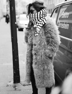 Manteau en fausse fourrure hirsute + écharpe marinière = le bon mix (photo Maja Wyh)