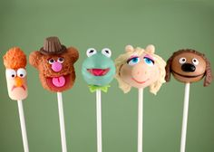 These sweet Muppets cake pops are a perfect way to celebrate the upcoming movie. Bakerella made cake pops inspired by five central Muppets -- Kermit the Frog, Fozzie Bear, Beaker, Rowlf the Dog and Miss Piggy -- and was kind enough to include recipes and The Muppets, Bakerella, Partys, Sugar Art, Cute Cakes, Yummy Cakes, Cute Food, Creative Cakes, Creative Desserts