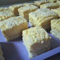 Tökéletes tepsis Raffaello - Nemcsak mutatós, de csodálatosan finom is - Ketkes.com Cake Bars, Hungarian Recipes, Coco, Nutella, Cookie Recipes, Food And Drink, Cheese, Snacks, Ale