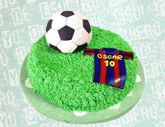 Torta de vainilla, relleno de arequipe y crema de chocolate blanco, balon de futbol de vainilla cubierto de fondant y camiseta de fútbol