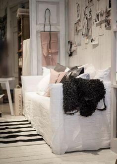 the sofa, linen slipcover. Cozy Living Rooms, Living Room Decor, Living Spaces, Rue Verte, Cozy Reading Corners, Interior And Exterior, Interior Design, Cosy Corner, Love Your Home