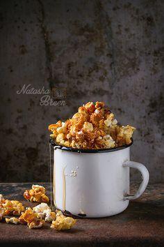 Caramel Popcorn - Caramelized sweet popcorn served in vintage enameled white mug with pouring caramel over old dark iron rusty background. Sweet Popcorn, Candy Popcorn, Popcorn Recipes, Fruit Recipes, Cookbook Recipes, Cooking Recipes, Candy Crash, Food Photography Styling, Food Plating