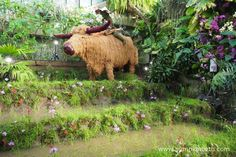 Bruno the water buffalo and Jimmy the moss man, created by Henck Röling, for the 2018 Orchid Festival at Kew Gardens. Edible Garden, Garden S, Vegetable Garden, Kew Gardens, Botanical Gardens, Rice Plant, Rice Paddy, Fortnum And Mason, Water Buffalo