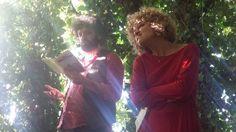 Alessia Canducci e Alfonso Cuccurullo leggono Roald Dahl in una quasi cattedrale vegetale, un lungo e bellissimo tunnel verde nato in origine per ospitrare il gioco dell bocce...
