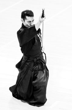One of the most elegant but least well known of the Japanese martial arts family of Budo, is the art of drawing the sword, or iaido (居合道). Samurai Poses, Samurai Armor, Fighting Poses, Art Of Fighting, Sword Poses, Miyamoto Musashi, Dynamic Poses, Japanese Aesthetic, Kendo