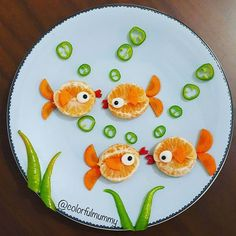 Balıklar aile toplantısında… Fish are at family meeting… mandalina, havu… Fishes at family meeting … Fish are at family meeting … Healthy Snacks For Kids, Easy Snacks, Healthy Food, Fruits Decoration, Creative Food Art, Easy Food Art, Food Art For Kids, Dessert Aux Fruits, Food Carving