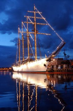 US_Navy_040517-N-3019M-004_The_Chilean_Tall_Ship_Esmeralda_sits_in_Pearl_Harbor_at_sunset,_while_on_a_four-day_port_visit_before_heading_to_Japan.jpg 1,312×2,000 pixels