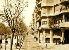 """La Casa Milà, """"la Pedrera"""". Antoni Gaudí. La vivienda de los Milá, la principal del edificio, tenía 1323 m2, con accesos tanto por el Paseo de Gracia como por la calle Provenza, a través de ascensor o de dos amplias escalinatas que parten del vestíbulo de entrada. Contaba con más 35 espacios de uso diverso, entre los que destacan el recibidor, un oratorio, una sala de recepción, el despacho del Sr. Milà, el comedor y el dormitorio principal"""