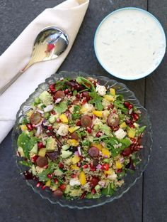 Heisann! Eg har egentlig aldri vert noko fan av quinoa, heilt fram til no! Eg lagde en fargerik og skikkelig digg quinoasalat forrige veke som gjekk ned på høgkant. Når quinoaen blei blanda sammen i en salat med mange andre gode ingredienser, så smakte det heilt nydelig. Quinoasalaten kan spises som en egen, kjøttfri lunsj … A Food, Food And Drink, Norwegian Food, Norwegian Recipes, Tzatziki, Cobb Salad, Meal Prep, Quinoa, Healthy Recipes