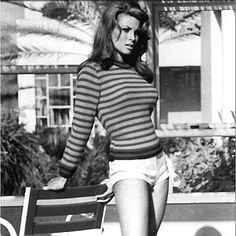 Raquel Welch, What can I say? Any young 'un from the loved Raquel Welch! American actress and singer, born Rachel Welch, Vintage Hollywood, Hollywood Glamour, Hollywood Stars, Classic Hollywood, Rita Hayworth, Raquel Welch 1960s, Illinois, Beatles