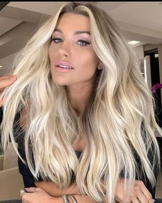 Most amazing and unique shades of voluminous long blonde hair styles and haircuts with balayage highlights. This is really one of the best hairstyles for all the women to show off nowadays. Blonde Hair Looks, Brown Blonde Hair, Bright Blonde Hair, Perfect Blonde Hair, Icy Blonde, Hair Color Balayage, Hair Highlights, Color Highlights, Chunky Highlights