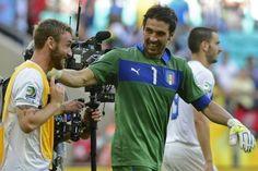 El arquero de Italia, Gianluigi Buffon, celebra tras ganar el partido contra Uruguay, el 30 de junio de 2013 en San Salvador