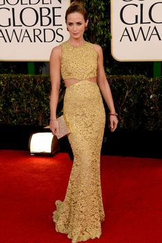 Emily Blunt foi de rendado amarelo Michael Kors com barriguinha de fora discreta