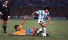 1989.   Marcação sempre cerrada de Dunga, desta vez pra cima de um tal Diego...  Foto: Antonio Scorza/AFP