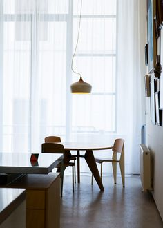I love the light and the simplicity of the design ( Table et chaises Jean Prouvé ré edition Vitra)