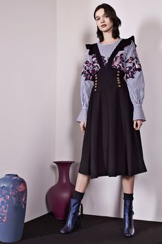 The complete Tanya Taylor Fall 2017 Ready-to-Wear fashion show now on Vogue Runway. Fashion Week, Fashion 2017, New York Fashion, High Fashion, Fashion Show, Fashion Looks, Fashion Outfits, Womens Fashion, Fashion Trends