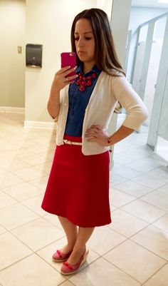 Patriotic outfit❤️❤️ red skirt+chambray shirt + cream cardigan + white skinny belt + red bubble necklace ! Modest Outfits, Skirt Outfits, Dress Skirt, White Cardigan, Cream Cardigan, Sunday Dress, Patriotic Outfit, 4th Of July Outfits, Christian Clothing