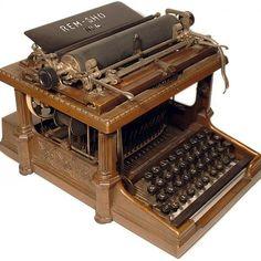 Vintage typewriter: What a treasure! Vintage Glam, Vintage Design, Vintage Love, Vintage Antiques, Antique Items, Vintage Items, Antique Typewriter, Ex Machina, Vintage Typewriters
