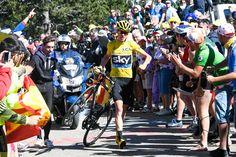 壊れたバイクをもって走るクリス・フルーム(イギリス、チームスカイ)