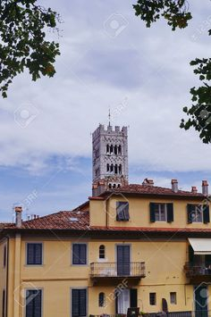 http://it.123rf.com/photo_53951288_view-from-the-medieval-walls-of-lucca-tuscany-italy.html