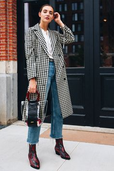 Contemporary Western Style - gingham structured coat, black & red cowboy snake patterned boots, cropped denim and transparent bag Cowboy Boot Outfits, Red Cowboy Boots, Dresses With Cowboy Boots, Winter Boots Outfits, Cowgirl Tuff, Western Dresses, Cowgirl Style, Outfit Winter, Cool Outfits