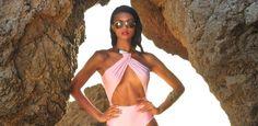 Conhecido pelos vestidos de festa, Marcelo Quadros apresenta sua nova linha intitulada Marcelo Quadros Collection. A primeira coleção aposta nobeachwear com maiôs, bodies e biquínis com shapes e r…