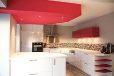 cuisine blanche laquée avec touche de rose avec murs gris et sol carrelage imitation parquet