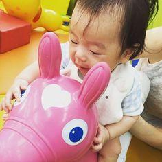 Instagram media kyok0shiraishi - HONDAのお店のキッズコーナーで。 いつも保育園でお兄ちゃん、お姉ちゃんに取られて乗れないロディに初めて乗れた❤︎ #2月生まれ #赤ちゃん #5ヶ月 #rody #ロディ#ピンク#初乗り#まだ支えがないとむり#必死#かわいい#親バカ部 #honda#babygap