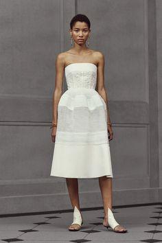 Défilé Balenciaga coirisère 2016, robe bustier blanche, cheveux courts