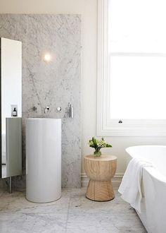 Image salle de bain - l'ambiance naturelle s'invite dans la salle d'eau contemporaine
