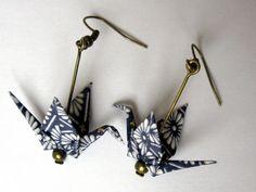 Boucles d'oreille origami - grue bleu foncé au dessin blanc : Boucles d'oreille par kirikat