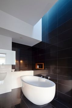 #bathroom @ Elsternwick House / Simon Couchman Architects. Elsternwick, VIC, Australia. 2011. Photographs: Christine Francis. #Black #White
