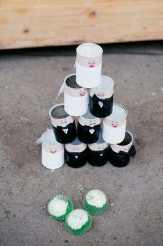 Dosen werfen hat eigentlich immer einen Reiz und sind noch dazu ganz schnell selbst gemacht. #JuliaWalterFotografie #DosenWerfen #Hochzeitsspiel #CoronaWedding #WaldorferHöfe #Ochtendung #Hochzeitsfotografie #HochzeitsfotografKoblenz